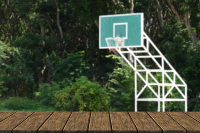 在室外篮球场篮球筐