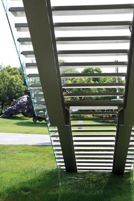 在室外的玻璃楼梯