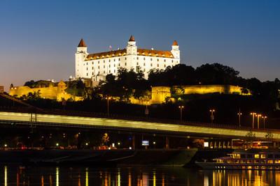 在晚上拉迪斯拉发城堡