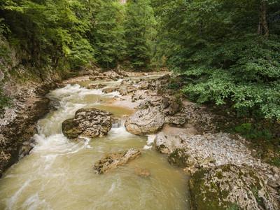 山区河流的景色