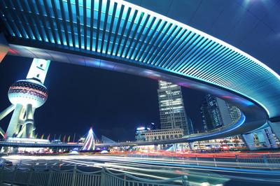 上海陆家嘴公路在晚上