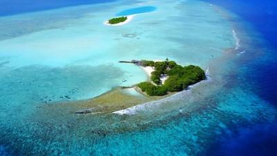 P02452 空中飞行无人机视图的马尔代夫白色沙滩上阳光明媚的热带天堂岛与水的蓝色天空海洋水 4 k