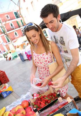 游客买水果