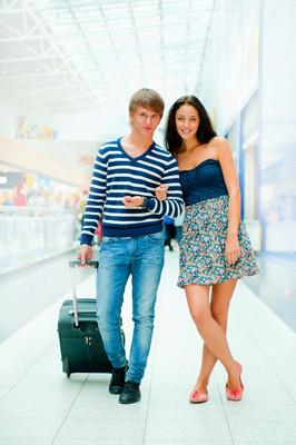 年轻的游客。在现代国际机场