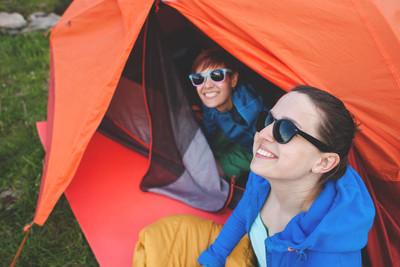 游客在帐篷附近