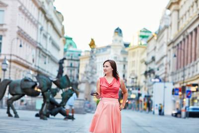 在维也纳的美丽年轻游客