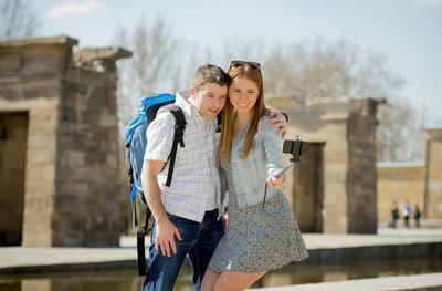 年轻的美国学生和游客夫妇,前往埃及纪念碑用棍子自拍照合影