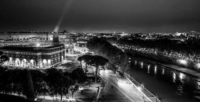 罗马-鸟瞰图从卡斯特圣安杰罗在夜间城市的灯光