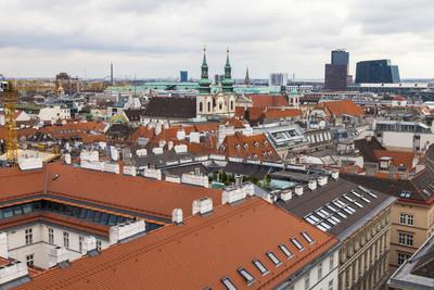 奥地利维也纳。城市屋顶从圣斯特凡大教堂调查平台的视图