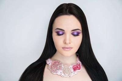 紫罗兰色妇女长的黑头发