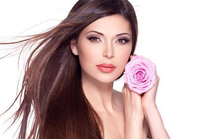 长长的头发和粉色的玫瑰,在脸上的美丽俏佳人