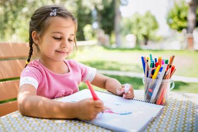 小女孩在户外画画