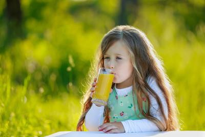 女孩饮料果汁