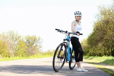 运动骑单车的女子