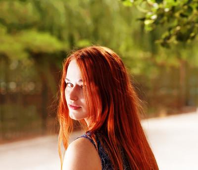 红毛在户外的俏佳人