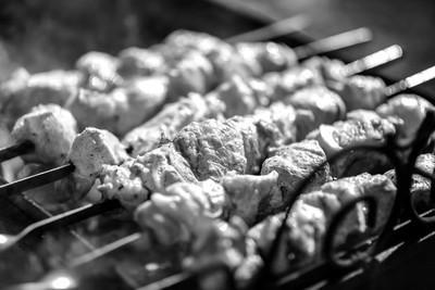 烤肉串在户外煮熟