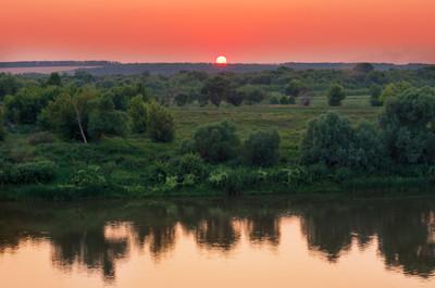 在河的红色夏天日落景色