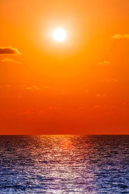 美丽的夕阳。令人惊异的夏天日落景色。海上日落。夕阳和