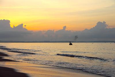 日出时的钓鱼船
