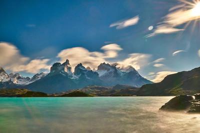 在明媚的日出期间, Peine 在国家公园 Cuernos 的景色。智利巴塔哥尼亚秋季