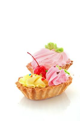 在白色背景的樱桃的甜美蛋糕