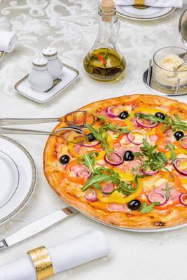 与培根和蔬菜比萨