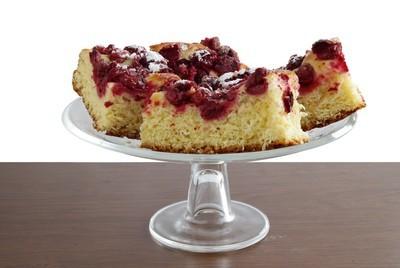 水果蛋糕与樱桃作为美味甜点