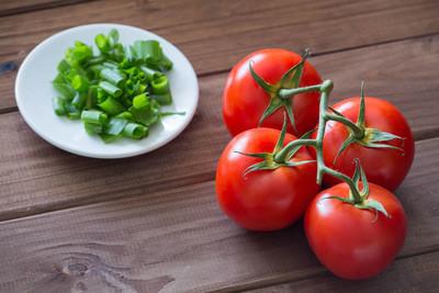早餐用的新鲜西红柿和韭菜