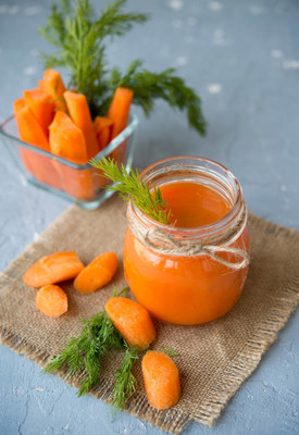 鲜榨胡萝卜汁在罐子里