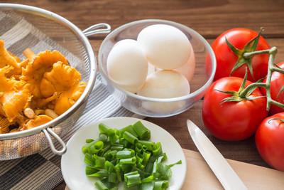 蘑菇、 鸡蛋和新鲜韭菜吃早饭
