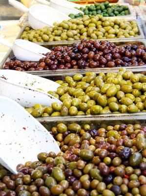 纸盒已满的美味的地中海橄榄