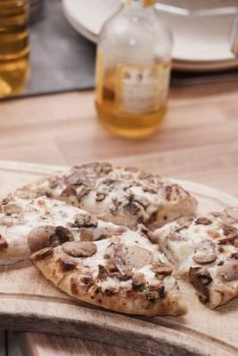 在厨房里的披萨