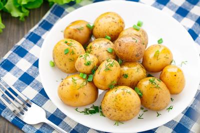 马铃薯的莳萝和 scalliom