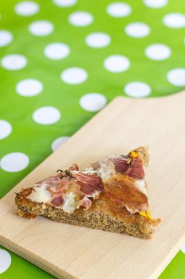 木板上的三角披萨