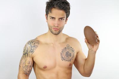 英俊的男人显示复活节彩蛋