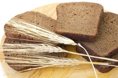 片上一块木板和耳朵的黑麦黑麦面包