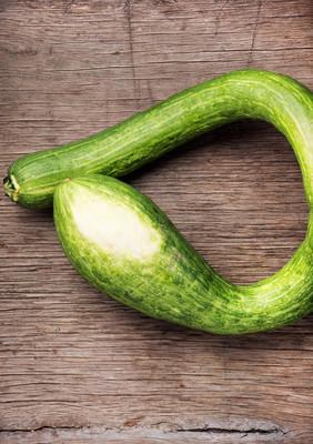 新鲜的西葫芦在木桌上。绿色蔬菜。夏季南瓜