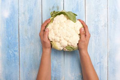 在木板的双手花椰菜