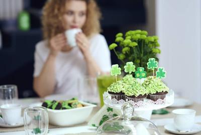 餐桌上的甜食品在爱尔兰部分