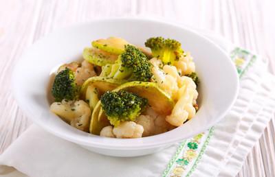 西葫芦, 花椰菜和花椰菜在碗里炖