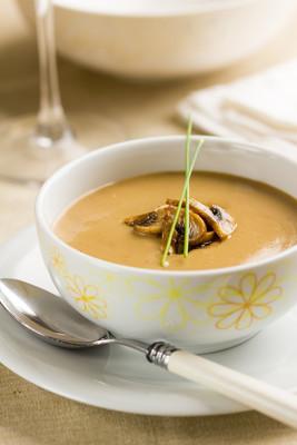 在一个碗里的蘑菇奶油汤