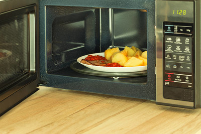 Microwave oven with a heated meal