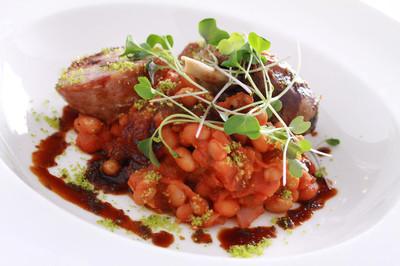 镀金的猪肉及鸭肉煨主餐