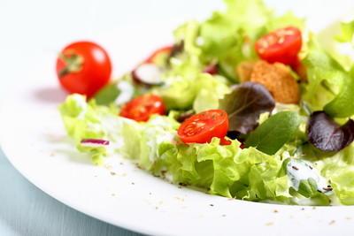 混合的沙拉配西红柿