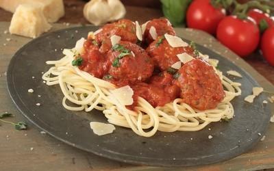 传统的意大利肉丸番茄汁