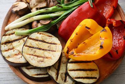 在板上的烧烤蔬菜 (辣椒、 茄子、 蘑菇)