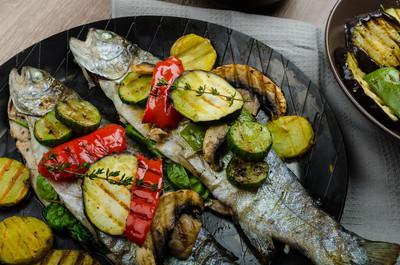 与地中海蔬菜烤的鳟鱼