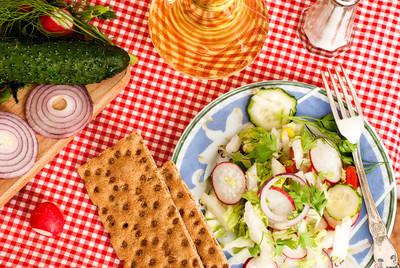 春天沙拉配萝卜、 黄瓜、 卷心菜和洋葱特写
