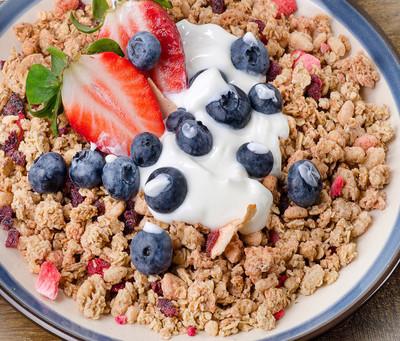 牛奶什锦早餐,浆果酸奶