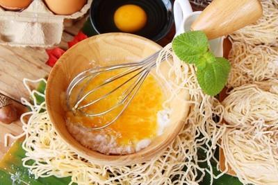 制作与小麦面粉和鸡蛋煮面条